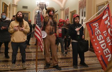 Người đội mũ sừng bò ở Đồi Capitol tuyệt thực trong nhà giam