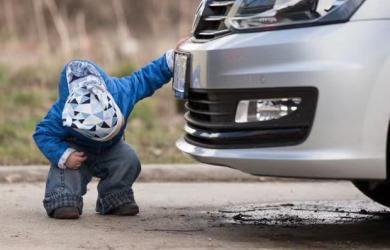Lùi xe cán chết con trai 2 tuổi, ông bố đòi công ty bảo hiểm bồi thường gần 5 tỷ, phán quyết của Toà án khiến dân tình không bình tĩnh nổi